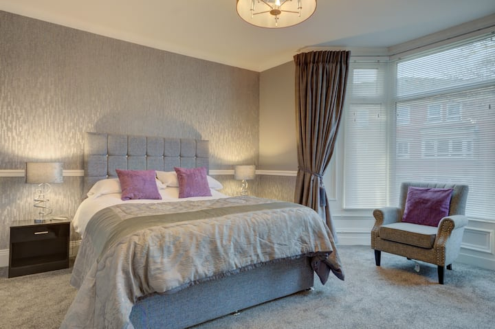 Chester Cottage , city centre with free parking