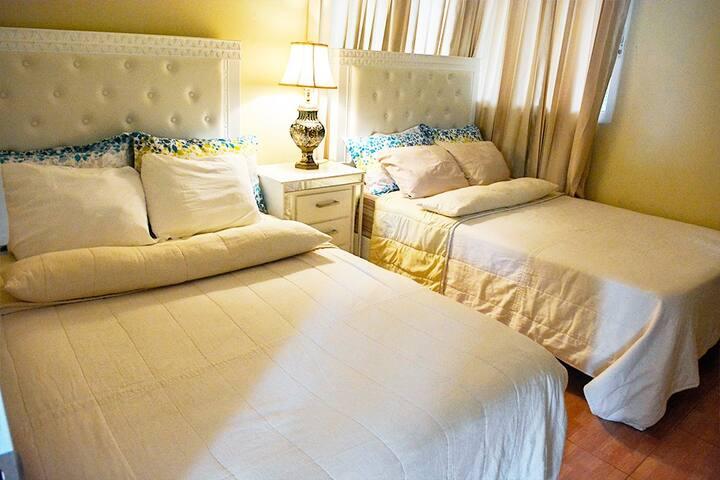 Habitación del primer nivel: dos camas, televisión, abanico de techo