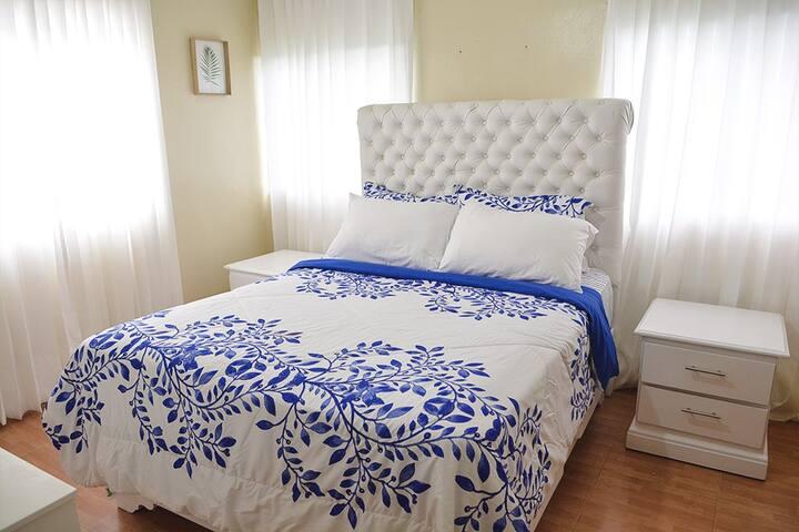 Habitación segundo nivel el lado izquierdo: cama para dos personas, abanico de techo