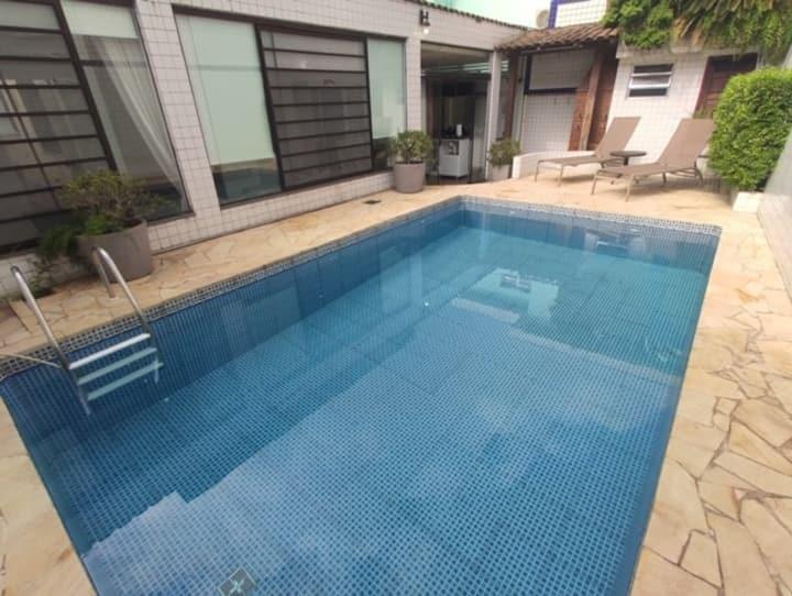 Casa com piscina - Ótima localização em Santos