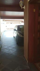 A garagem é iluminada na parte coberta e na entrada pela sala de estar.