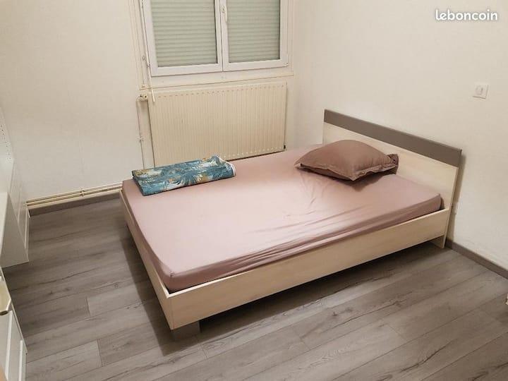 bonjour je loue une chambre dans mon appartement