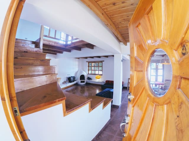 *****Gorgeous Lakefront Villa with Private Beach