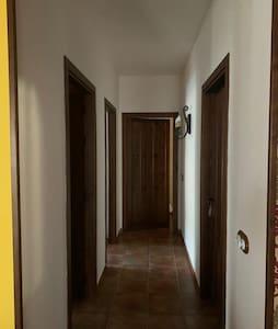 Comunican las habitaciones de la parte de abajo y baño principal