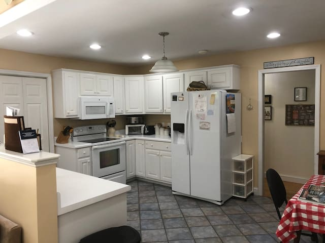 Spacious, Pet Friendly, King Bed, Trails Nearby,