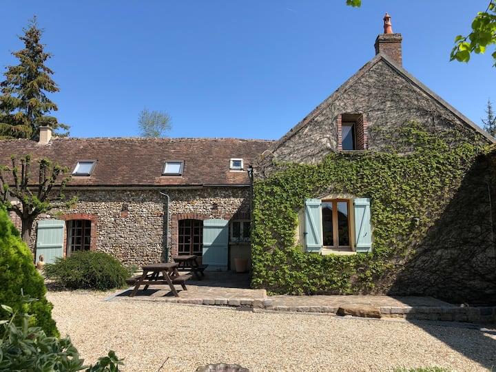 Charming Burgundy Village Farmhouse, 1.5hrs Paris