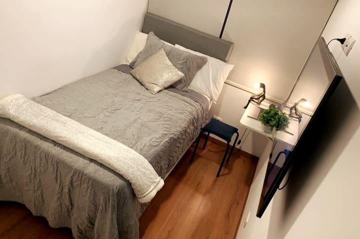 Habitación con cama de plaza y media