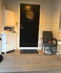 Åpningen på inngangs døren er 88 cm der er en forhøyning på 19 cm. Før inngangspartiet selve inngangspartiet har en forhøyning på 12 cm.
