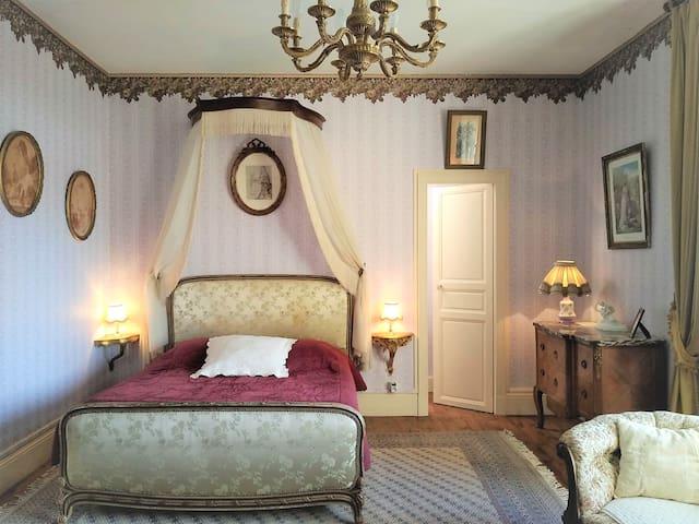 Chambre du Catalpa, lit queen size.