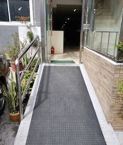 Não há escadas ou degraus para entrar