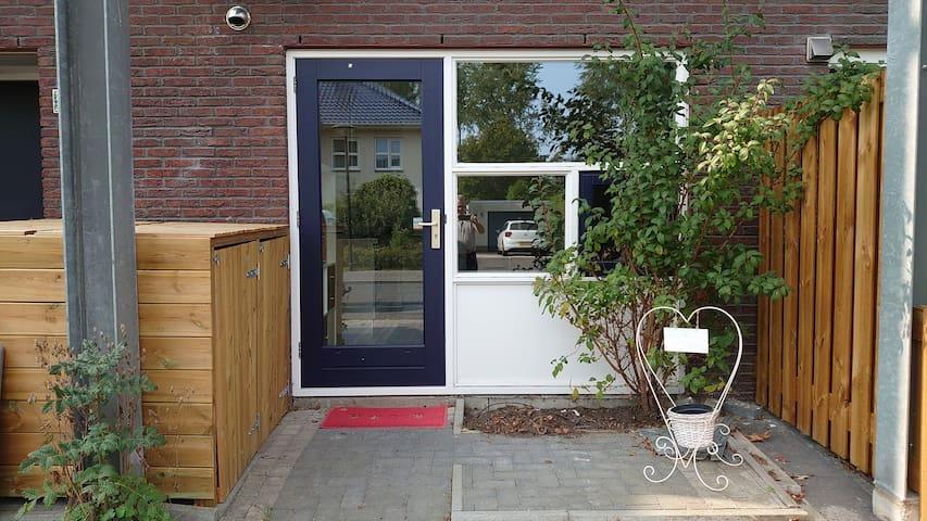"""""""De logeerkamer"""" studio, bathroom, wifi & parking"""