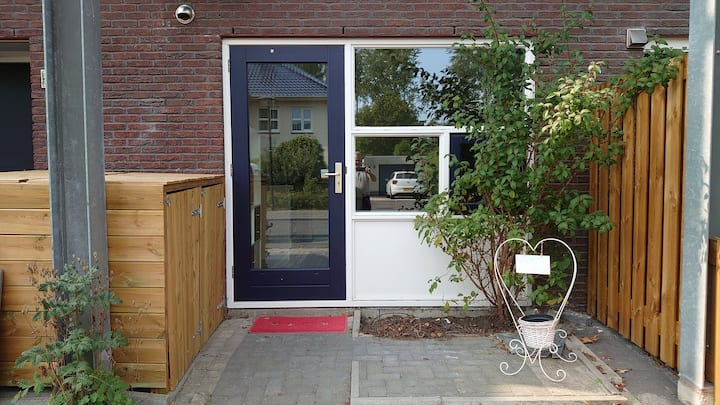 """De logeerkamer"" studio, bathroom, wifi & parking"