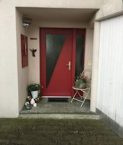 Das ist der Haupteingang.  Er ist ausgestattet mit einem Bewegungsmelder (auf Foto oben links)  Sobald sich jemand auf dem Hausplatz bewegt, ( Person, Auto, Tier) geht das Licht an.  Es hat eine Stufe vor der Haustüre von 15 cm.