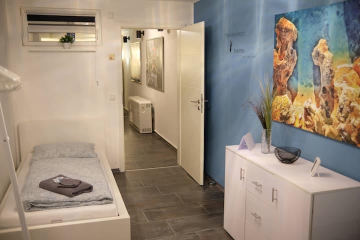 🛏 Modernes Arbeiter-Studenten-Zimmer möbliert