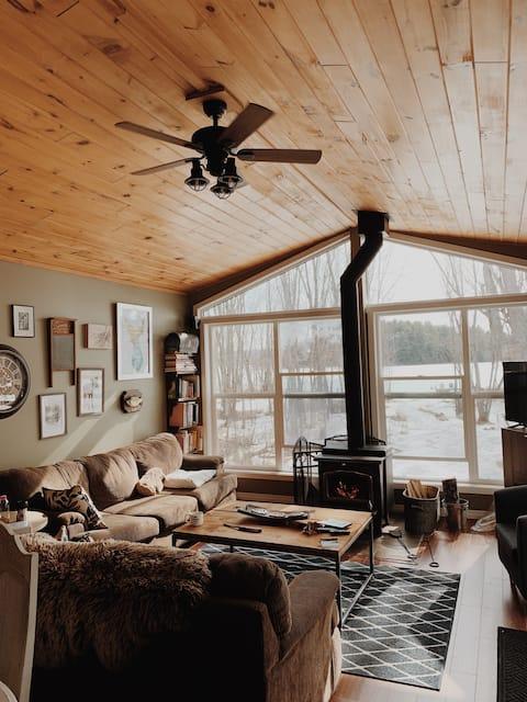 Lakefront Cozy Cottage w/ canoe,kayak, dock, patio