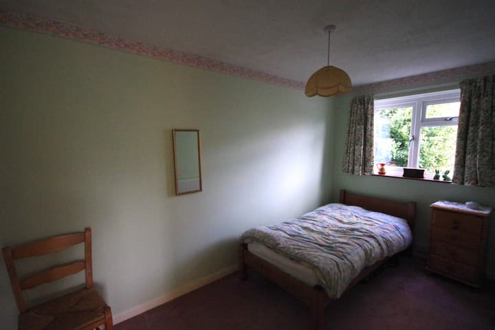 Quiet rear facing single room in detached house