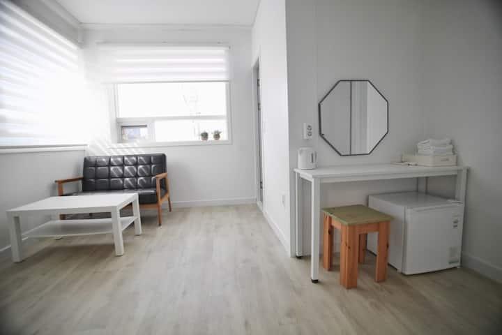 낭만포차 인근 깨끗한 숙소( 방1 거실1 개별화장실1)-더블 A
