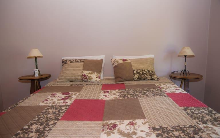 Habitación cama king, sábanas de hijo, doble almoadas
