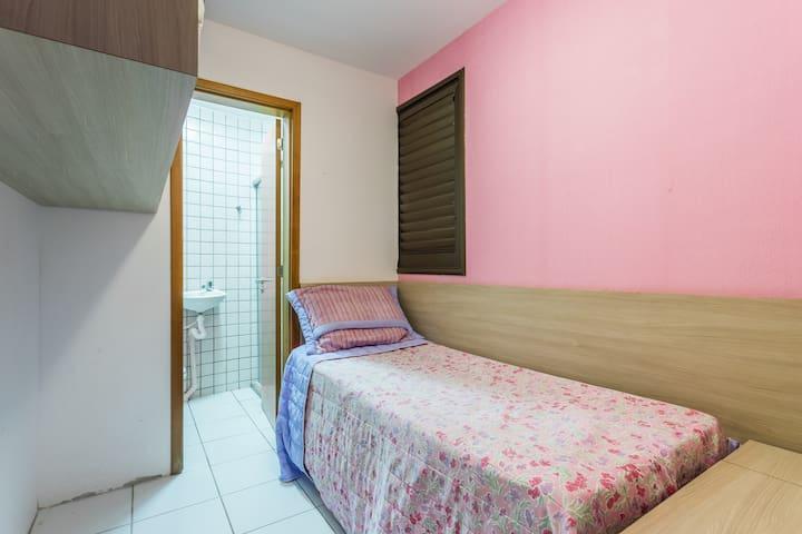 Quarto 5: dependência com suíte e ar-condicionado no térreo (quarto se localiza atrás da cozinha)