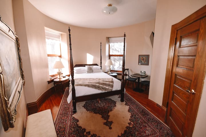 Bella's Castle Bed and Breakfast Oval Room