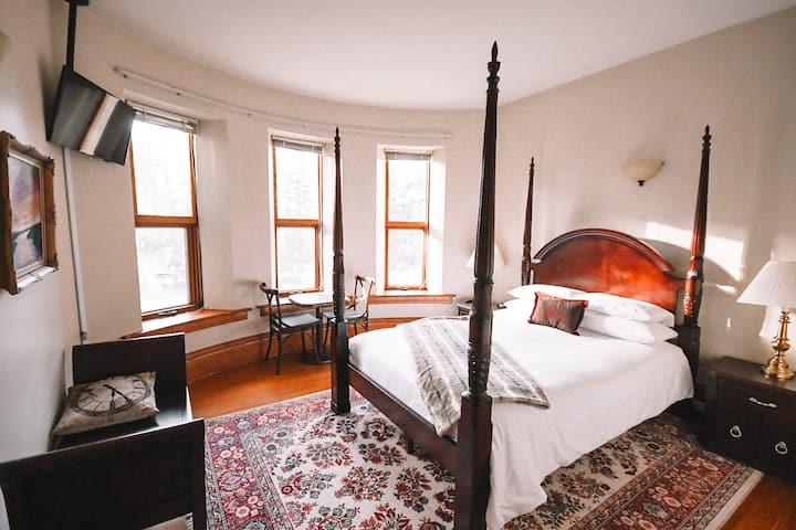 Bella's Castle Bed and Breakfast Garden Room