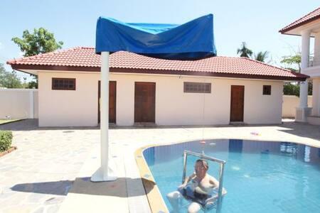 Havuz vinci bulunan havuz