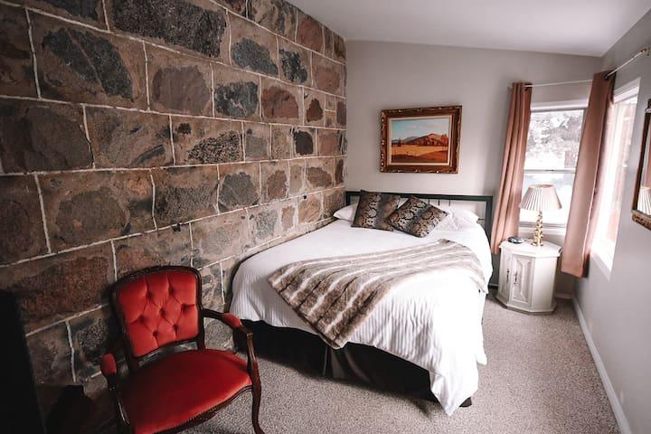 Bella's Castle Bed & Breakfast Stone Wall Room