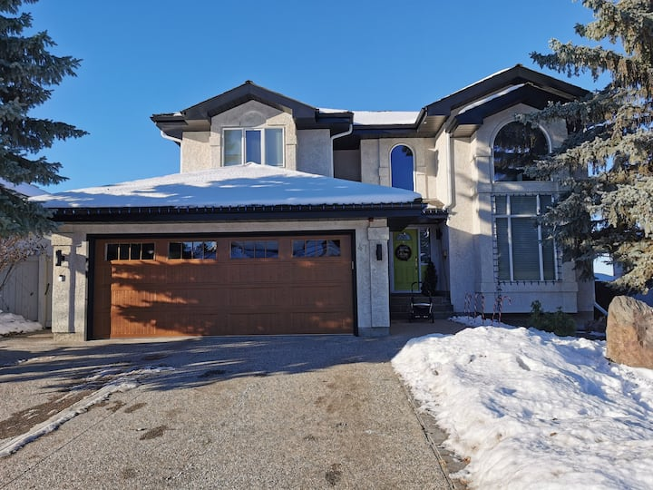 Whitemud Hills BnB- Executive Home - South side