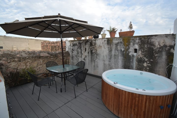Charming ancient  house  & Jacuzzi at Downtown