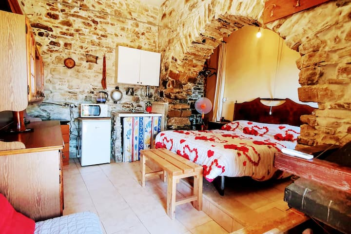 Panoramic Cave, Rustic stone-apt. with AC + Ebikes
