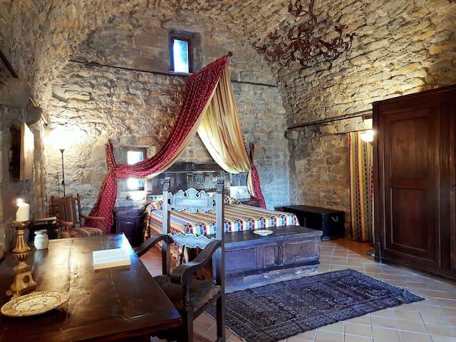 camera padronale risalente al 1231 con mobili di antiquariato con bagno in camera