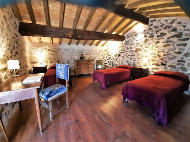 camera con tre letti singoli nella dependence  risalente al 1409