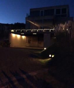 Entrada iluminada al estacionamiento de la casa