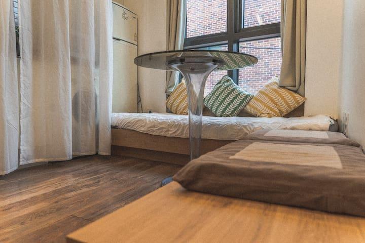 1층 거실입니다. 창가쪽에 위치한 쇼파는 데이베드로도 설계되어 쇼파로 사용하거나 한분이 추가로 주무실 수 있습니다. 왼쪽으로는 주방이 있습니다. 1st Floor living room. The sofa next to the windows was also designed to be used as a daybed, and one extra person can sleep on it. The kitchen is on the left.