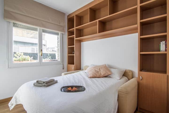 """""""Menorca Room"""" en espacioso y acogedor apartamento"""