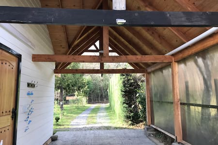 Desde el portón hasta la entrada de la cabaña cuenta con iluminación automática.