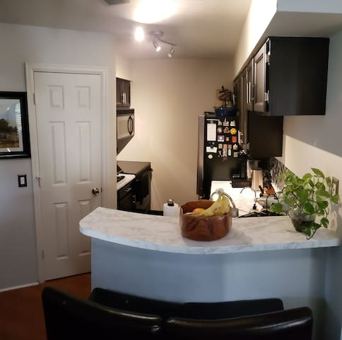 Cozy Modern Condo w Vaulted Ceilings in Glendale