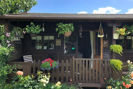 Comfortable Self Contained Chalet close to LHR