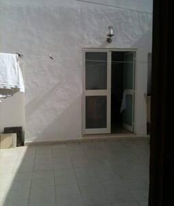 Beim Betreten der Wohnung ist Licht und auch auf der Terrasse