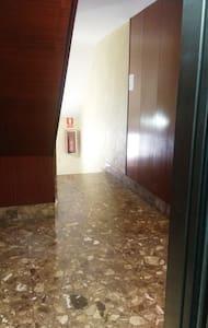 salida del ascensor. Puerta de entrada a la derecha