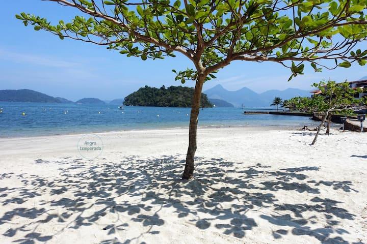 Ap em condomínio com 3 praias - I
