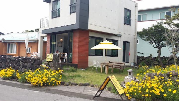 """서귀포 바닷가 전원주택 카페&게스트하우스 """"매일더탐나""""(2인실)"""