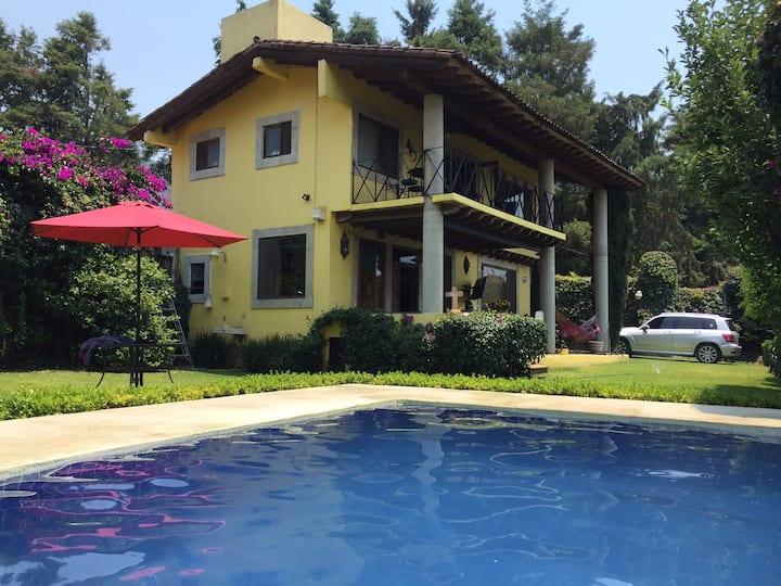 Casa con alberca climatizada, jardín y terraza.