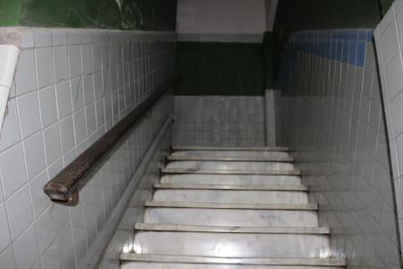 Escalera cómoda de subir, con descanso en cada piso.