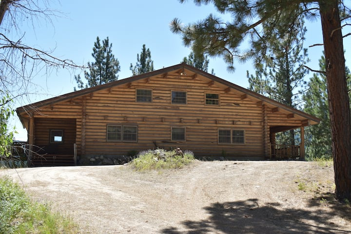 Large Log Home - Private, Comfortable and Relaxing