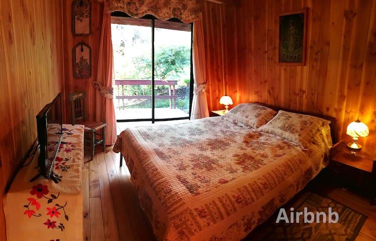 Habitación matrimonial en el primer piso, tiene baño contiguo.