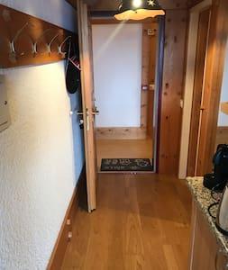 Largeur minimale du couloir 90 cm (niveau du granit)  Sous le granit (en dessous d'une hauteur de 83 cm), largeur de 93 cm  Largeur de la porte: 80 cm