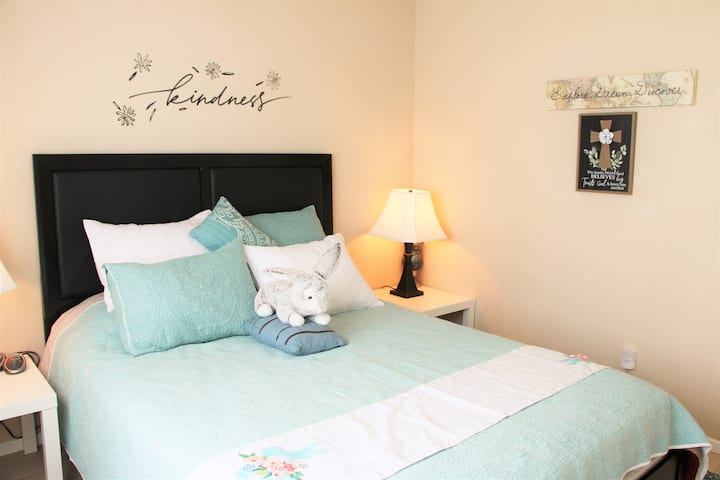 Cute Clean Private Room with Vaccinated Family