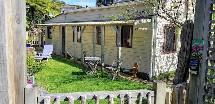Cabbage Tree Cottage: Children & dogs welcome