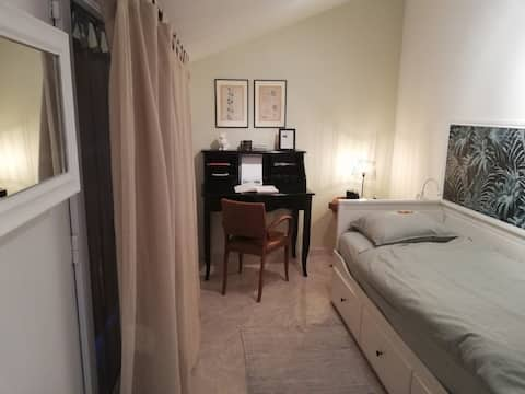 Quiet room, private access and close to the center